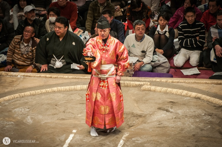 Probably my favorite referee (gyōji). He had some crazy facial expressions.