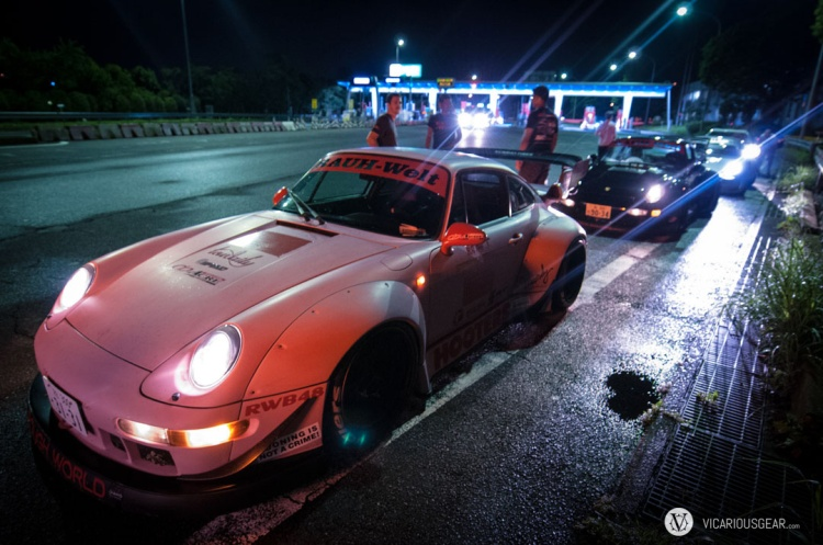 While we waited for the cars with no ETC (Japan's version of EZ pass for toll roads), Porsches started to pile up.
