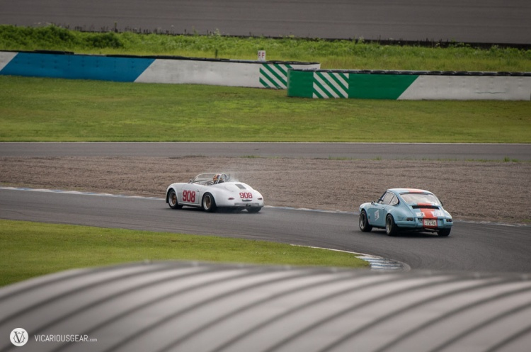 A nice vintage battle. Gulf livery and silver looks so good on Porsches.