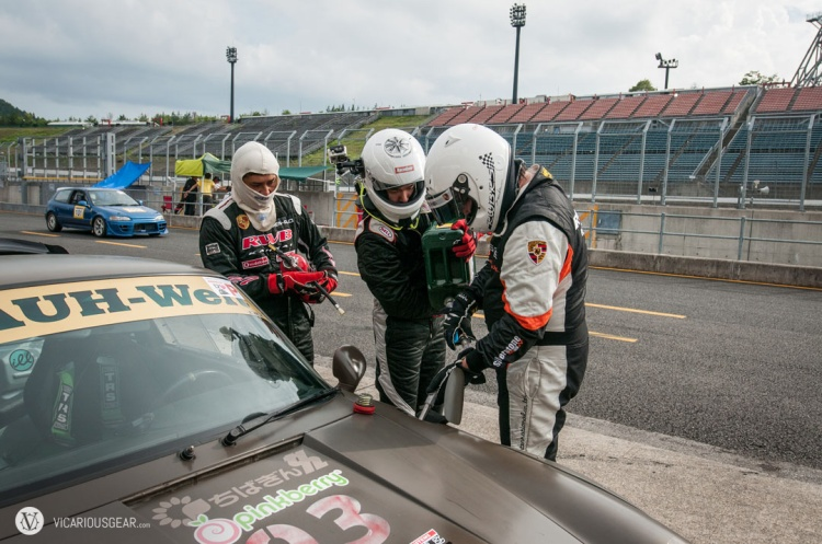 By mid afternoon the enthusiasm for being a pit crew member had died down. Here I am refueling the car for my upcoming laps with the help of the previous driver, Masajima-san.